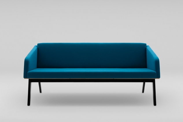 FIN 3 sofa with armrests, wooden base